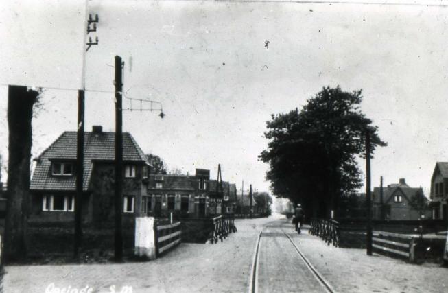 Foto van de toenmalige brug (inclusief spoor) in de Kommisjewei over het kanaal, genomen met de rug naar het oosten.