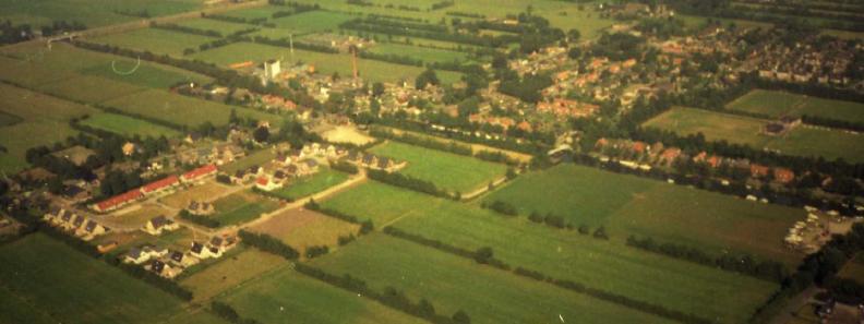 Luchtfoto waarop de aanleg van de Wytze Brandsmaloane en de Reinder de Vriessingel te zien is. Op de weilanden aan de rechterkant zou later de Teije Blauwsingel worden aangelegd.