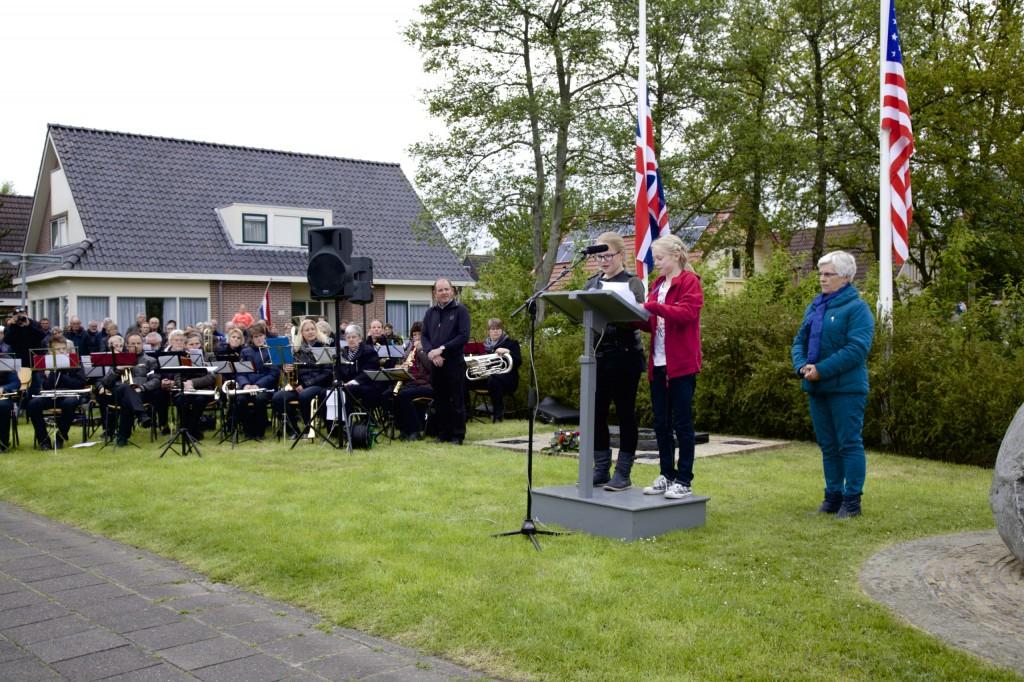 Emily Nicolai en Astrid van der Veen (De Bernebrêge) drage in troch harren sels makke gedicht foar. De musikale bydragen waarden ynbrocht troch 'Jeduthun'.
