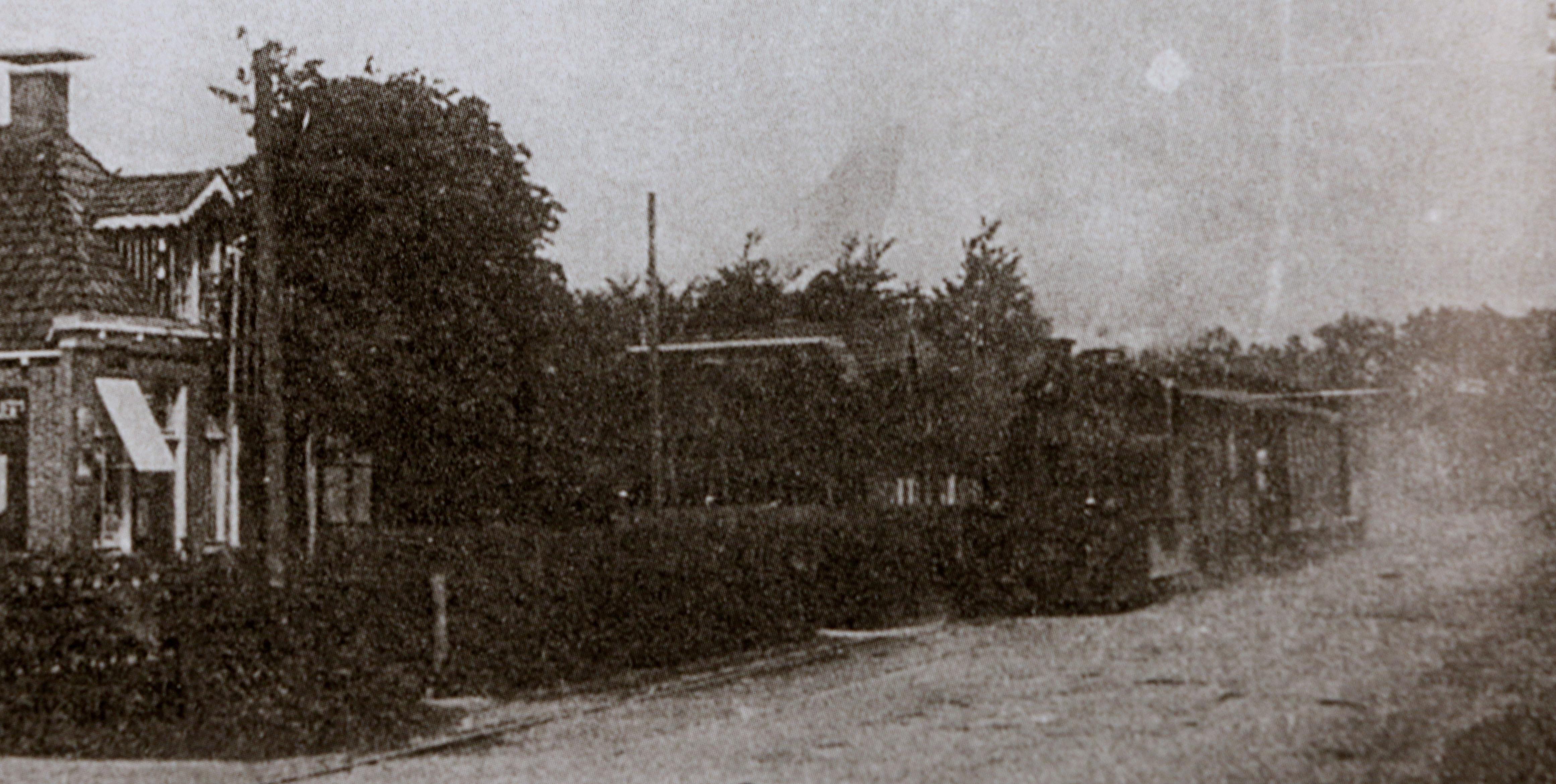 Het spoor liep aan de noordkant van Nijtap en de Kommisjewei.