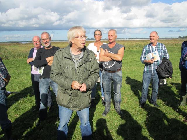 Jelle van Bruggen vertelt, op de achtergrond De Leijen.