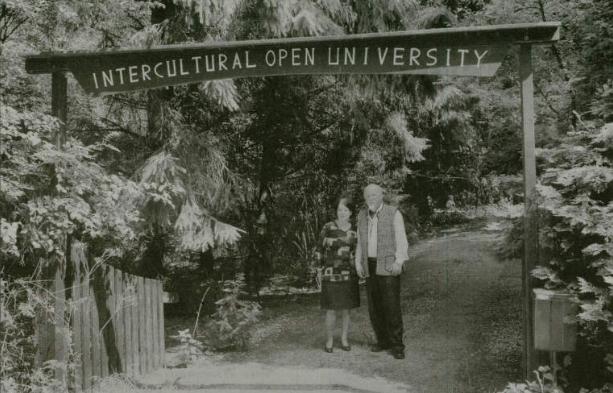 Jan Roelof Hakemulder en Fijtje Hakemuler-De Jonge bij hun 'universiteit' aan De Hoarnen (foto uit de LC, 1984).