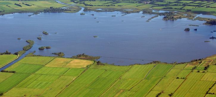 Luchtfoto van de zuidkant van De Leijen, oostelijk van de monding van het Opeinder Kanaal (© René Hogendijk).