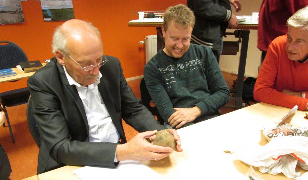 Tussen kunst en kitsch? Daar leek het soms wel op. Deskundige Evert Kramer bestudeert de meegebrachte vondsten.
