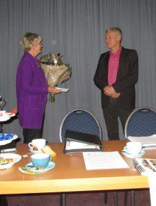 Namens het bestuur van de Histoaryske Feriening bedankt Geke spreker Henk de Vries, directeur It Fryske Gea.